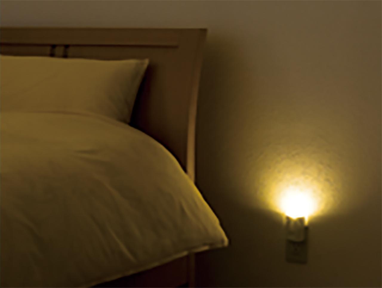 画像: 停電すると、自動的に点灯して足元を照らしてくれる。