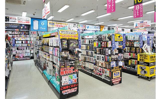 画像: 店頭には、さまざまな素材や厚さ、機能(反射防止、ブルーライトカットなど)のフィルムが並び、種類は無限。迷ったら店員さんにアドバイスしてもらおう。