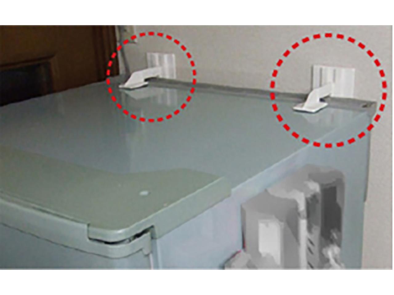 画像: 片側を壁面、もう一方を家具や家電に貼り付けるだけで、手軽に装着できる。