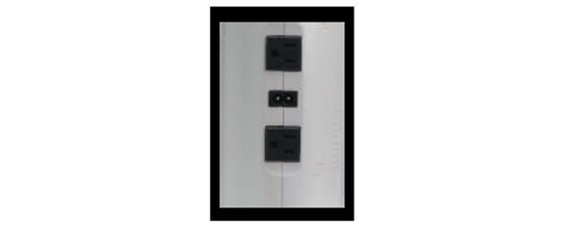 画像: 本体側面にはAC100ボルト出力のコンセントを二つ装備する。