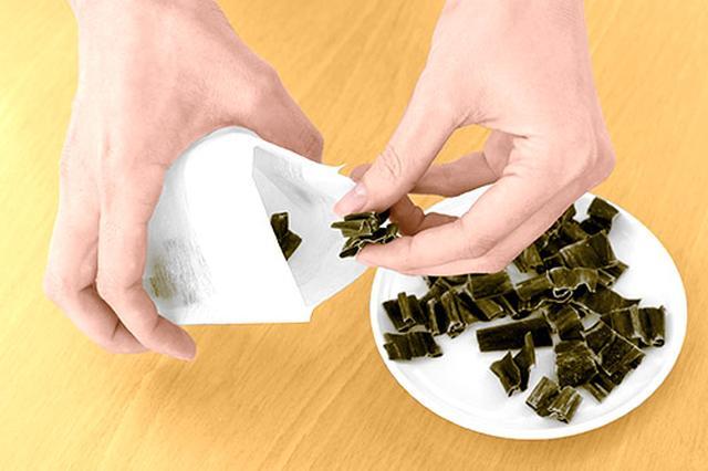 画像: ❷お茶パックに入れる