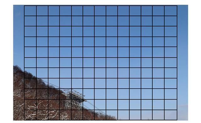 画像: スッキリ晴れた空を大きくフレーミングして撮ってみた。画面の端近くでもピントが合うので快適だ。人物撮影時は目にピントを合わせる瞳AFも利用できる。