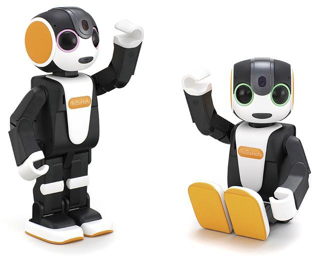 画像: 二足歩行タイプ(左)、ライト(右)。二足歩行タイプも、LTE/3Gモデルが19万4400円、Wi-Fiモデルが12万9600円と従来よりも安くなった。着座タイプのライトは、店先の看板ロボットなどにはうってつけだろう。ダンスも、上半身だけの動きは可能だ。いずれも身長は19.8センチで、体重は二足歩行タイプが395グラム、ライトが360グラムとなっている。