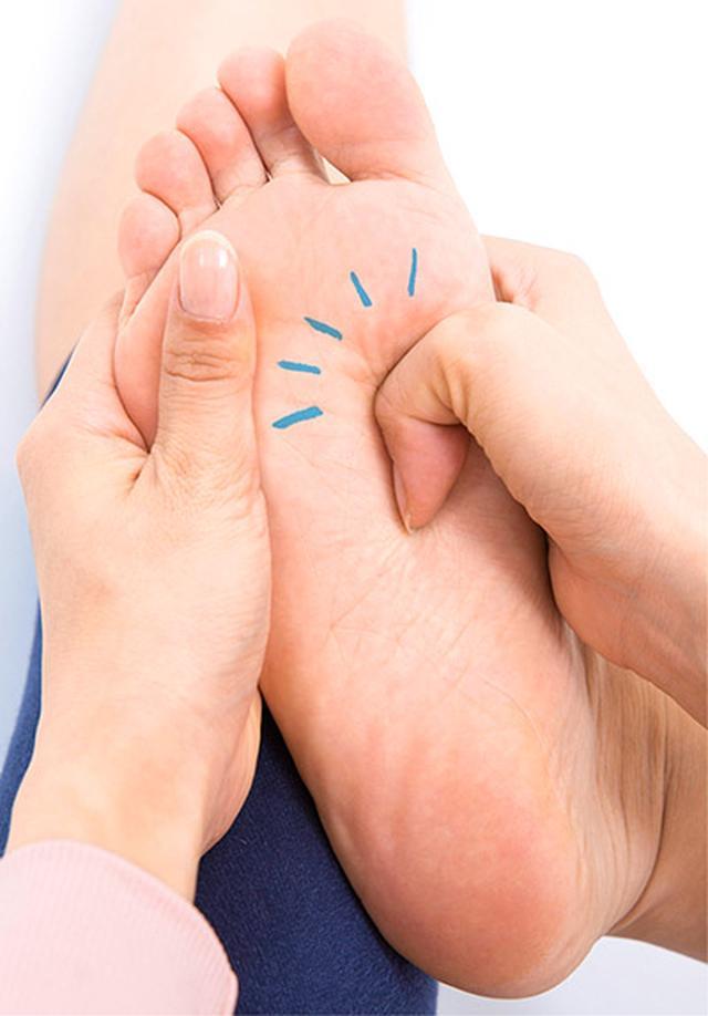 """画像4: 【症状別】足裏マッサージのやり方 不調や痛みを改善する""""痛くない""""足裏ケア"""
