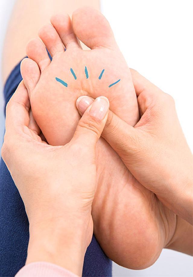 """画像3: 【症状別】足裏マッサージのやり方 不調や痛みを改善する""""痛くない""""足裏ケア"""