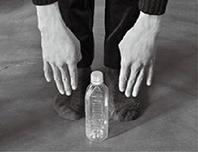 画像: ペットボトルを使うと前屈の変化がわかりやすい