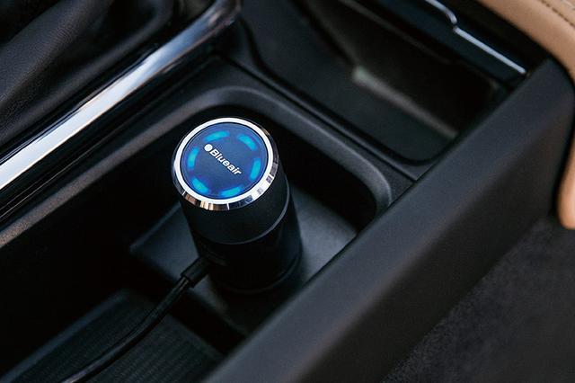 画像: シガーソケットに差す電源アダプターには汚れ具合を表示するLEDがある。