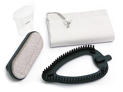 画像: 計量カップ、アタッチメントブラシ、エチケットブラシがセット。本体と付属品が入れられる収納袋付きで、出張や旅行にも携帯できる。