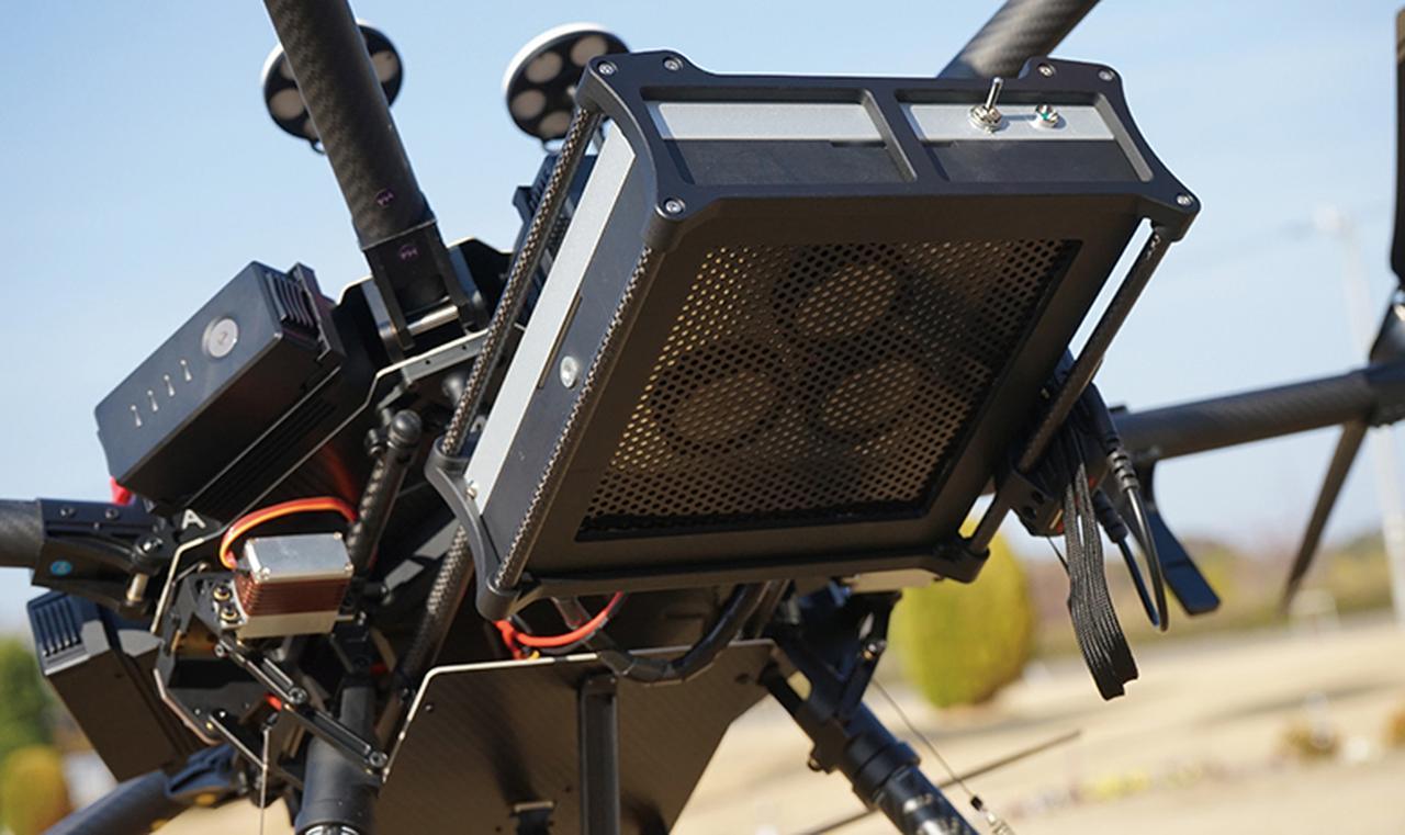 画像: 150メートルの上空から、機体を中心に半径150メートルの範囲へ音声伝達が可能。音声データの通信距離は最大3000メートルで、離れた場所からオペレーターが避難指示を行うことができる。