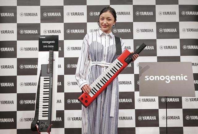 画像: 肩から提げて演奏できるショルダータイプのキーボード。スピーカー内蔵で、重さはわずか1.5キロ。電池駆動にも対応するので、踊りながらのプレーもできる。