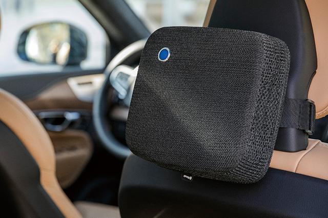画像: ヘッドレストにベルトで取り付けて使用。ファンと大型フィルターで車内の空気を循環させる。