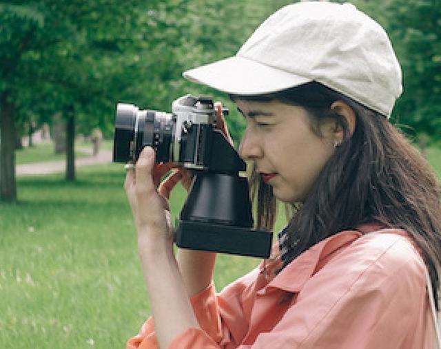 画像: 往年のフィルム一眼レフのメカニカルな操作感を楽しめるのはもちろん、味のあるレンズ描写を生かしたインスタント写真を仕上げることができる。