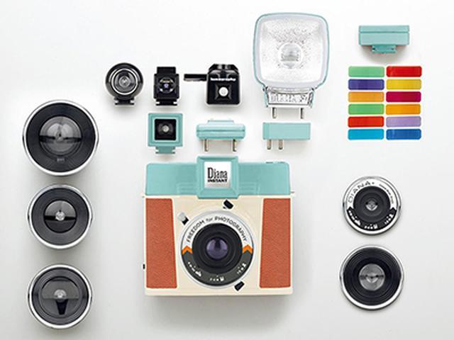 画像: 「Deluxe Kit」では、本体のほか交換レンズ、ファインダー、ストロボ、フィルターなどアクセサリー一式がセットに。フィルム以外にそろえる必要がない。