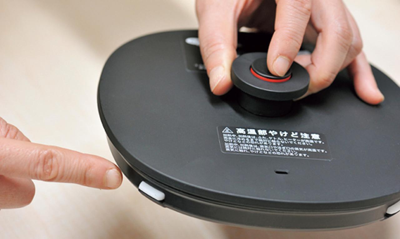画像: 取っ手中央のボタンを押すと、ふたがロックされる安全機構。安心してお湯が注げる。