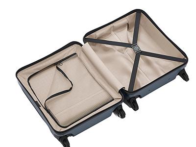 画像: 内装はシンプルで、隅々まで最大限に荷物を収納することが可能。仕切りは、ジッパーを閉じたままでも中身を確認できるメッシュ仕様になっている。