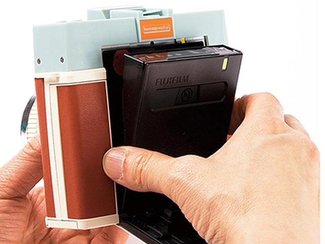 画像: 使用するインスタントフィルムは、Instax Square用なので、装填も簡単。人気のある「ましかく」写真が楽しめる。プリント外枠の色は、ホワイトとブラックから選べる。
