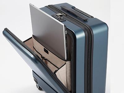 画像: フロントポケットには、ノートパソコンや充電ケーブルなどをスッキリと収納できる。空港などの待ち時間にメインの収納庫を開く必要がないので、便利だ。