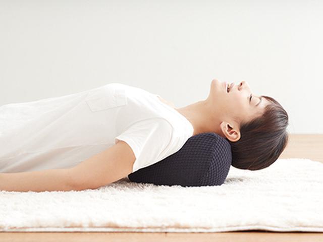 画像1: 寝ながらほぐす背中と首のマッサージ器「NEMOMI」が登場!整体感覚のもみ技が楽しめる