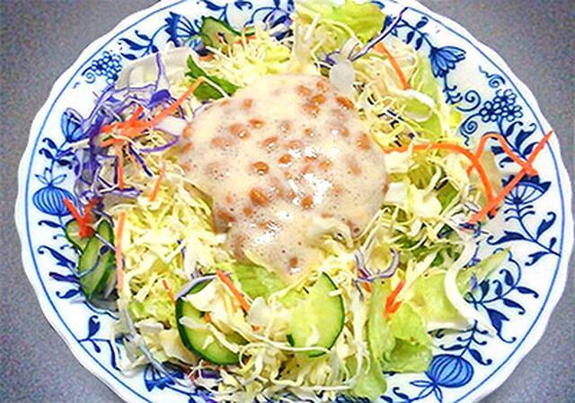 画像: 酢納豆をたっぷりかけたサラダ