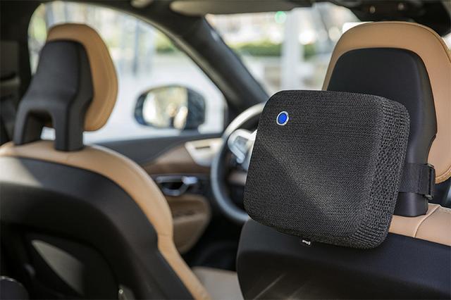 画像: ヘッドレストにベルトを巻きつけて装着するだけ。コントローラーを回せば風量が調節できる。オートモードなら空気の状態を検知し、自動で最適な風量に調節する。