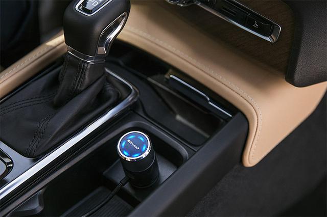 画像: 空気の状態は、コントローラーのLEDでリアルタイムに知らせてくれる。キレイなときは青色、汚れている場合はオレンジに点灯。専用アプリ「Blueair Friend」も用意する。