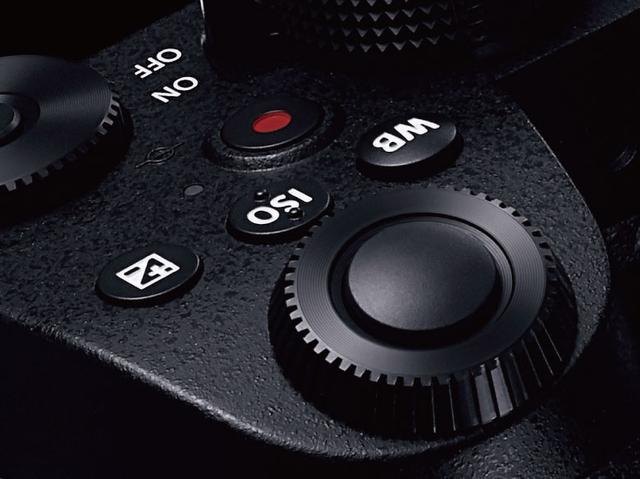 画像: ホワイトバランス(WB)とISO、露出補正のボタンを右手の人差し指で使いやすい位置に配置。