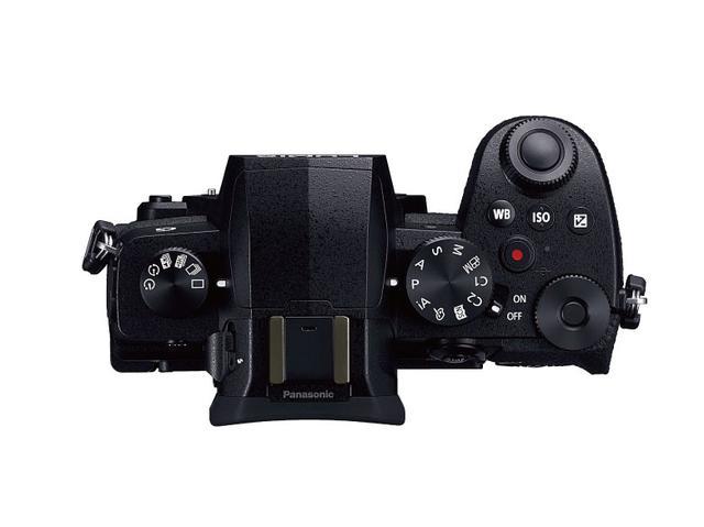 画像: G9で装備されていた天面のサブディスプレイは省略。左側にドライブモードダイヤルを配置。