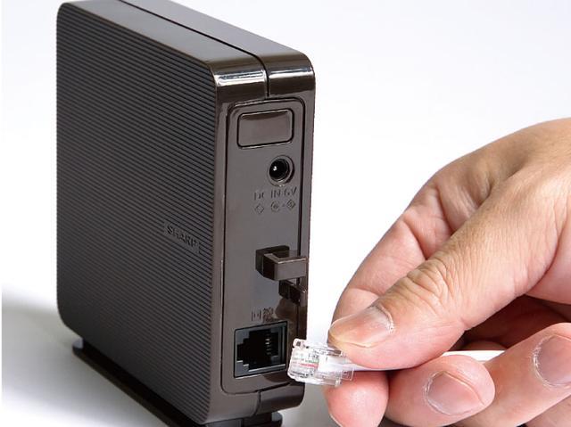 画像: 電話線の接続部のみを「電話線接続ボックス」として分離。電話機本体はワイヤレスで利用できるので、電話線の差込口を気にせず、好きな場所に置ける。