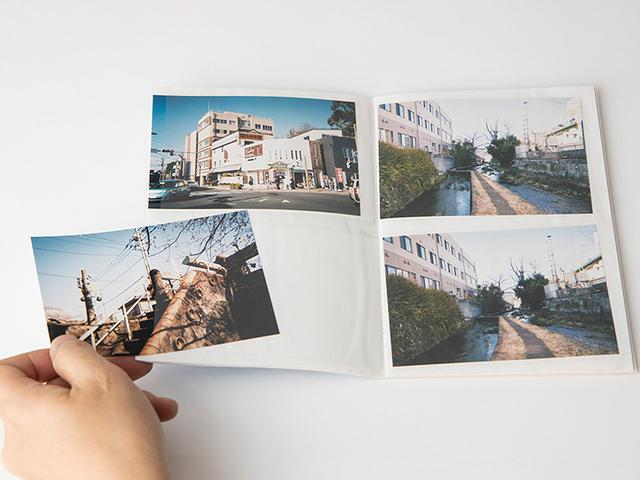 画像: ポケットアルバムなど、写真の出し入れが可能なアルバムから写真を抜き出す。