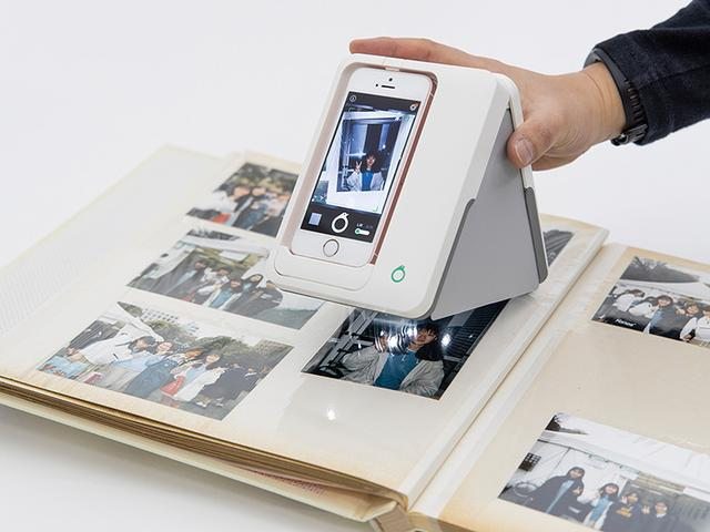 画像: アプリ「Omoidori」をインストールしたiPhoneをアダプターにセットし、画面上のガイドに従って置く。