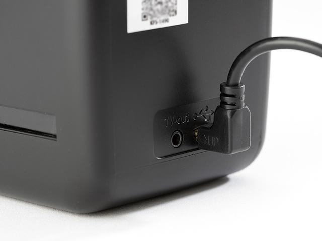 画像: 製品付属のACアダプターを本体に差し込む。本機は2電源対応で、単3電池×4本でも作動する。電源ケーブルはUSBを兼用しており、パソコンに接続すれば、本機をSDカードリーダーとして利用することが可能となる。