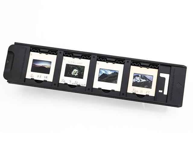 画像: スキャナー付属のホルダーに、スキャンしたいフィルムをセットする。ここでは35ミリのマウント入りポジフィルム(いわゆるスライドフィルム)をセットした。フィルムの種類を問わず、表・裏を間違えないようにすること。