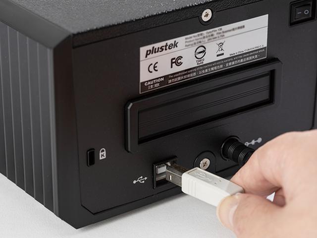 画像: 製品付属のACアダプターをつなぎ、同じく付属のUSBケーブルでパソコンと接続する。付属品でなく、設置環境に合った長さのUSB2.0対応ケーブルを別途用意してもOK。