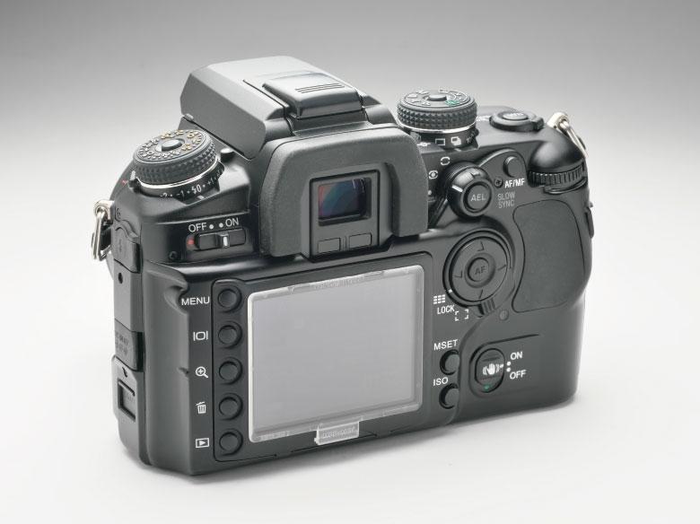 画像: ボタンやレバー類が所狭しと並ぶカメラ背面部。ただし、各パーツは単機能なので、初見でも迷うことは少ない。手ブレ補正のスイッチが今となっては珍しい。