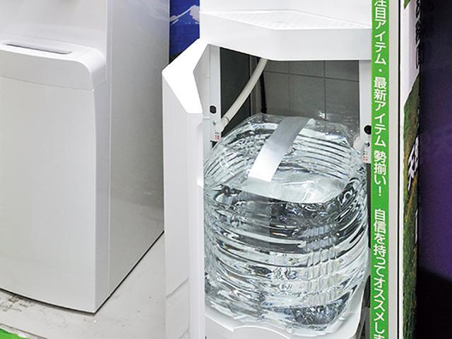 画像: 子育て世帯用の特別プランでは、水を安く購入可能。ボトルの交換がしやすい下置きタイプのサーバーも、安価でレンタルしてくれる。