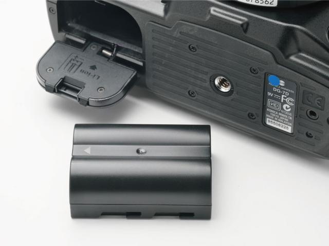 画像: 古いデジカメを使う際のネックは、バッテリーの劣化だ。バッテリーのもちもよくないので、追加で新品をそろえておくといいだろう。