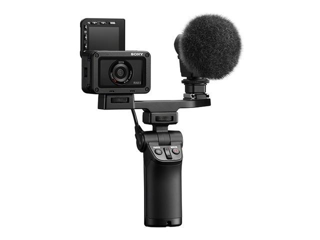 画像: 別売のシューティンググリップ、VCT-SGR1(実売価格例:8960円)と組み合わせれば、手元での操作により、静止画や動画の撮影が可能になる。