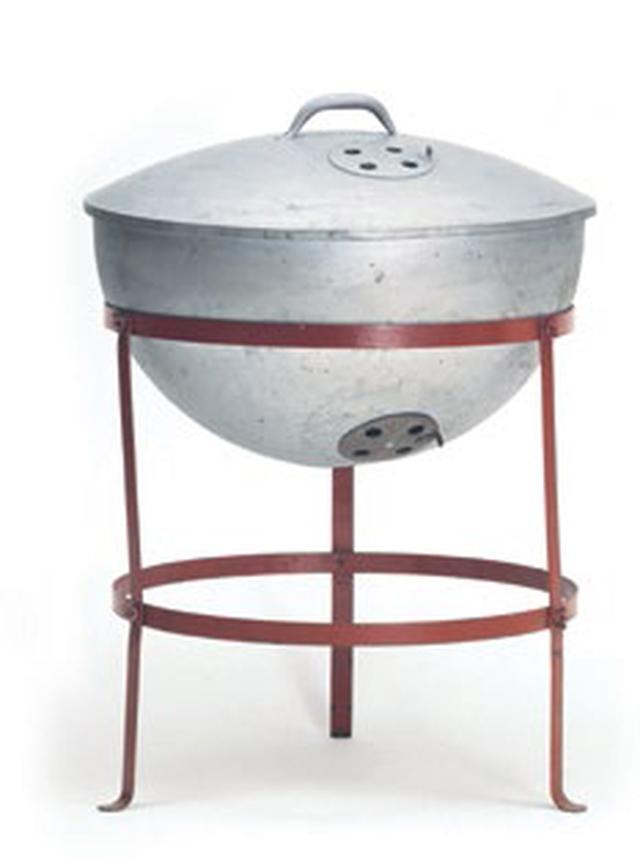 画像: 1952年、シカゴでジョージ・スティーブンがアメリカにも根付いていなかったグリル文化を築いた。鋼製のブイを半分にカットして独特の形状を作ることで、優れた味わいの料理ができる温度調節機能がWeberチャコールグリルの始まり。