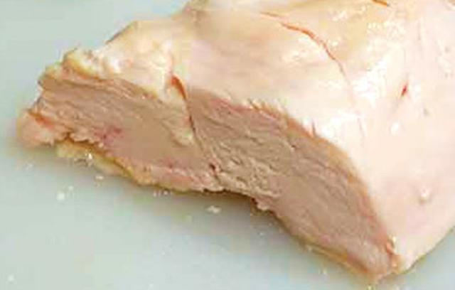 画像: 12時間放置して出来上がった鶏の胸肉。しっとりとおいしく、まるでハムのような食感!