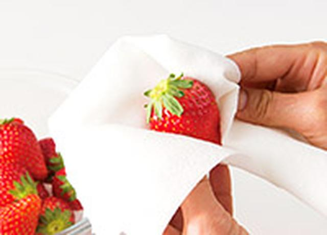 画像: イチゴはヘタをつけた状態で洗わないと、ビタミンが激減する