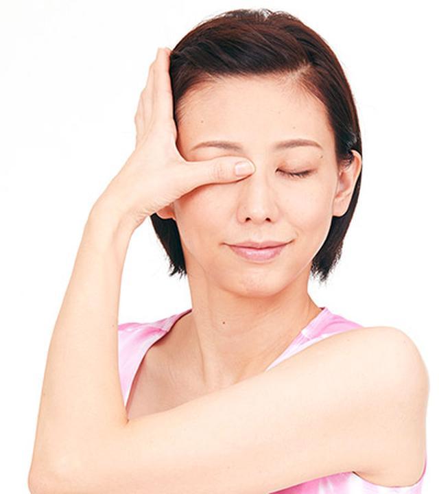 画像2: 右目は左手の親指、左目は右手の親指で行う
