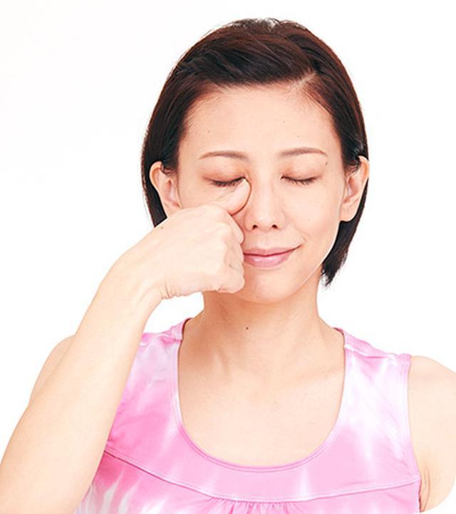 画像: 右目は右手の親指、左目は左手の親指で行う