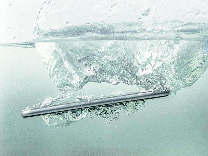 画像: 現在発売中のiPhoneや高級スマホの多くは防水仕様なので、短時間の水没では壊れない。