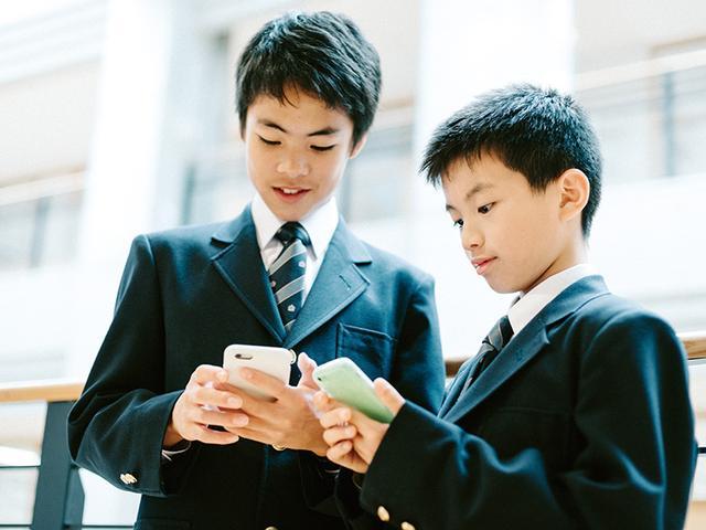 画像: スマホを持つ年齢は下がってきている。中学生はもちろん、小学生にも所有が広がりつつある。むやみに与えず、家庭できちんと使用範囲を決めておこう。
