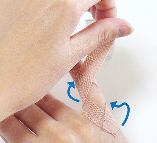 """画像15: ひざ痛を改善する""""手指""""のテーピングのやり方 間接的に刺激して痛みを緩和する!"""