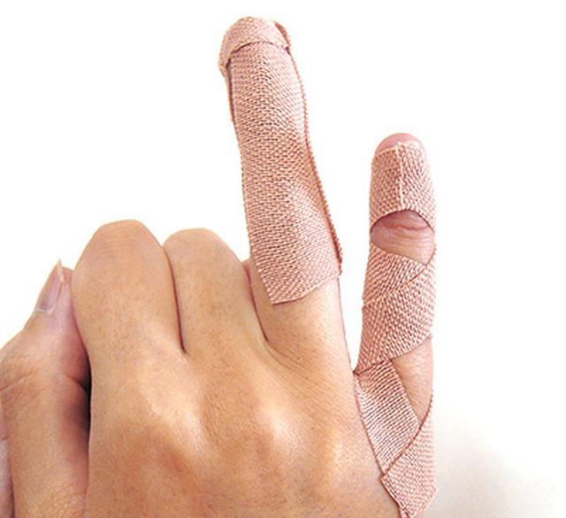 """画像17: ひざ痛を改善する""""手指""""のテーピングのやり方 間接的に刺激して痛みを緩和する!"""