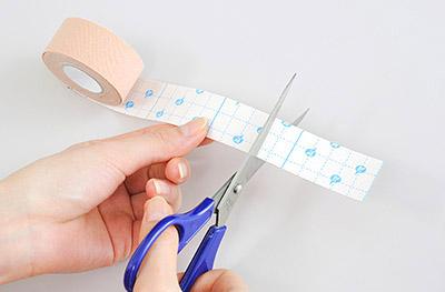 """画像2: ひざ痛を改善する""""手指""""のテーピングのやり方 間接的に刺激して痛みを緩和する!"""