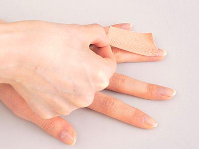 """画像4: ひざ痛を改善する""""手指""""のテーピングのやり方 間接的に刺激して痛みを緩和する!"""