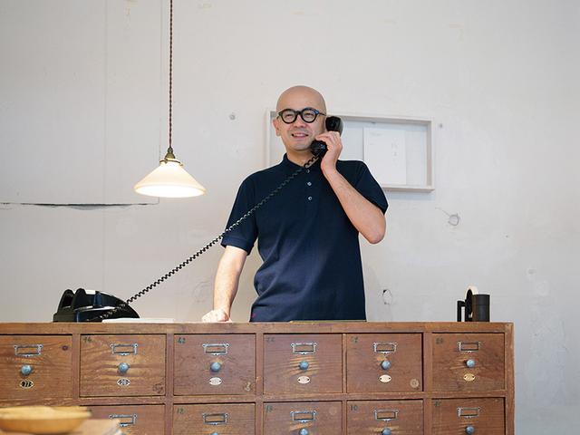 画像: 森岡書店のオーナー、森岡督行氏。ポロシャツはS~LLの4サイズ。カラーは定番のネイビーのみ。