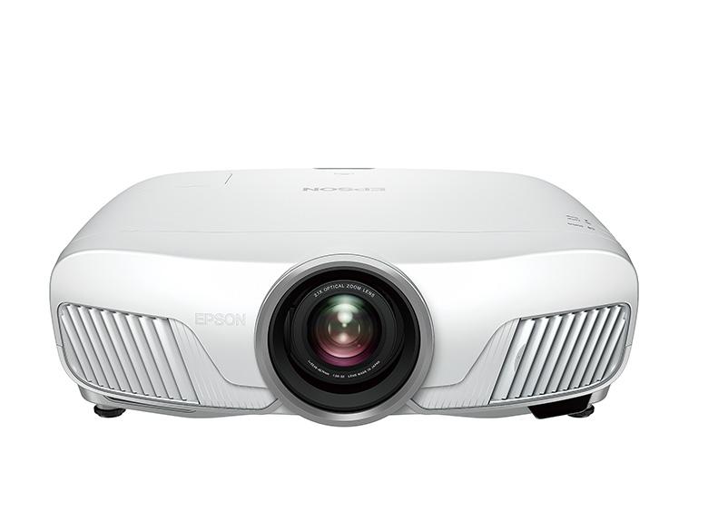 画像: レンズを本体の中央に配置し、その両脇に給排気口を配したシンメトリーデザイン。2600ルーメンという明るさは数ある4Kプロジェクターでもトップレベル。